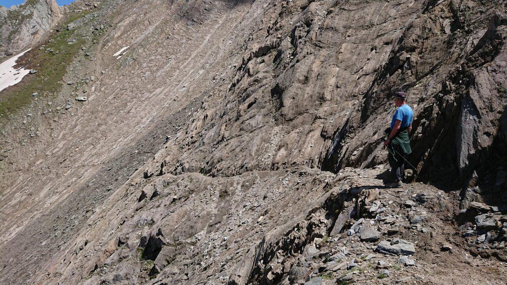 Die vorhandene Steinschlaggefahr am Sajathöhenweg/Venedigergruppe ist nicht nur für Experten – im Foto bei einer Begehung - ahnbar … Foto: Walter Würtl